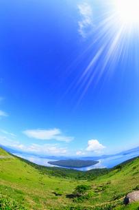 美幌峠から望む屈斜路湖に太陽の写真素材 [FYI01792249]