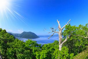 裏摩周展望台から望む摩周湖に太陽の写真素材 [FYI01792254]