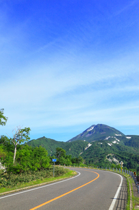 知床峠から望む羅臼岳と知床横断道路の写真素材 [FYI01792268]