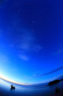 沖縄・西表島 満天の星空の写真素材 [FYI01792280]