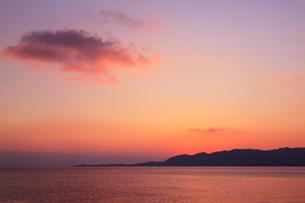 沖縄・石垣島 名蔵湾と夕焼け空の写真素材 [FYI01792281]