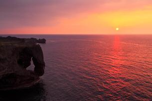 万座毛と夕日に染まる海の写真素材 [FYI01792286]