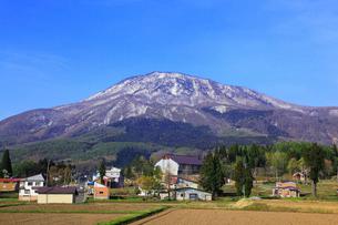 妙高高原・杉野沢から望む黒姫山の写真素材 [FYI01792318]