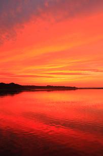 涛沸湖と夕焼けの空の写真素材 [FYI01792346]