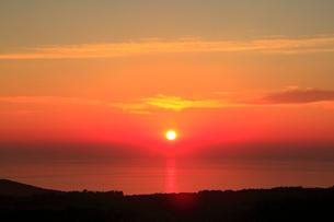 知床峠から望むオホーツク海と夕日の写真素材 [FYI01792351]