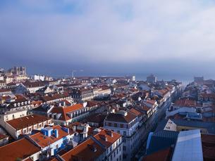 サンタ・ジェスタのエレベータから望むリスボン市街の写真素材 [FYI01792380]