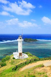 沖縄・石垣島 平久保崎灯台と海の写真素材 [FYI01792413]