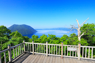 裏摩周展望台から望む摩周湖の写真素材 [FYI01792436]