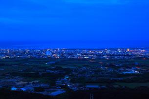 沖縄・石垣島 バンナ岳から望む夜明けの市街の写真素材 [FYI01792449]