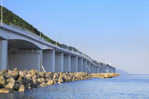 親不知の高速道路と日本海の写真素材 [FYI01792483]