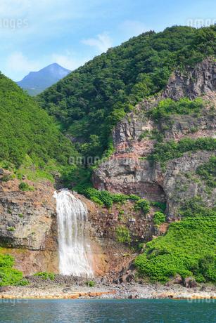 知床 観光船から望むカムイワッカの滝の写真素材 [FYI01792511]