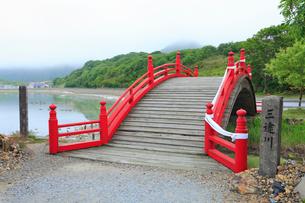 恐山 三途の川にかかる橋の写真素材 [FYI01792542]