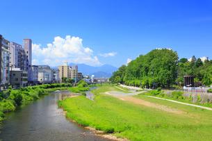 中津川と盛岡市街の写真素材 [FYI01792565]