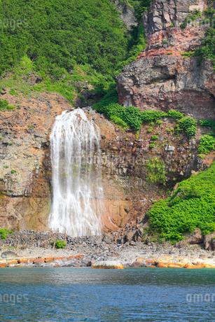 知床 観光船から望むカムイワッカの滝の写真素材 [FYI01792669]