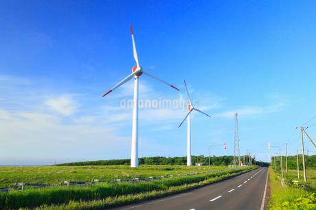 納沙布岬に続く道と風車の写真素材 [FYI01792675]