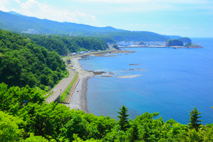 知床・プユニ岬から望むウトロ漁港と宇登呂崎の写真素材 [FYI01792692]