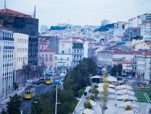 リスボン市 マルティン・モニス脇のパルマ通りを行く28番の写真素材 [FYI01792761]