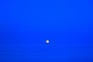 満月と海の写真素材 [FYI01792808]