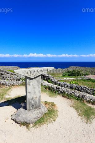 沖縄・波照間島 高那崎 日本最南端の碑の写真素材 [FYI01792811]