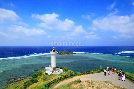 沖縄・石垣島 平久保崎灯台と海の写真素材 [FYI01792856]