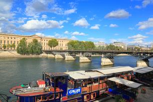 ポン・デザール橋と船上レストランの写真素材 [FYI01792867]