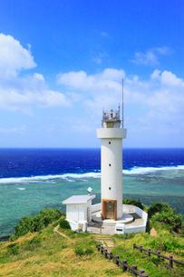 沖縄・石垣島 平久保崎灯台と海の写真素材 [FYI01792897]
