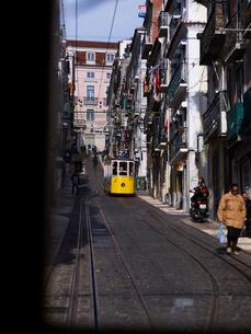 リスボン市 ビッカ線ケーブルカー交換風景の写真素材 [FYI01792915]