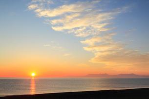 オホーツク海と朝焼けの雲に朝日の写真素材 [FYI01792941]