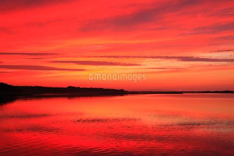 涛沸湖と夕焼けの空の写真素材 [FYI01792973]