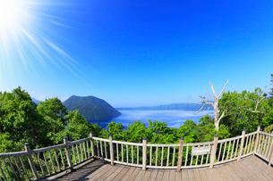 裏摩周展望台から望む摩周湖に太陽の写真素材 [FYI01792976]