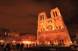 ノートルダム大聖堂の夜景の写真素材 [FYI01792980]