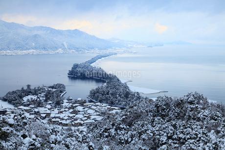 雪景色の天橋立 飛龍観の写真素材 [FYI01792982]