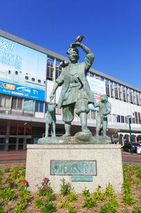 岡山駅前の桃太郎像の写真素材 [FYI01793013]