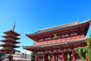 浅草寺の宝蔵門と五重塔の写真素材 [FYI01793086]