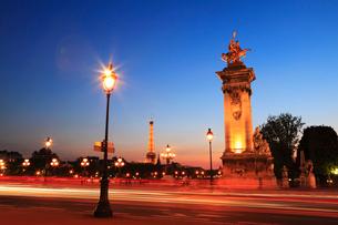 アレクサンドル3世橋の夜景の写真素材 [FYI01793110]
