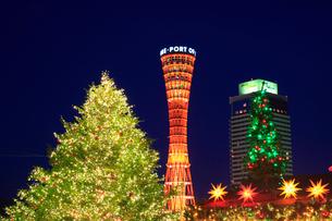 ポートタワーとクリスマスツリーのイルミネーションの写真素材 [FYI01793236]