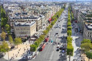 エトワール凱旋門から望むパリ市街のシャンゼリゼ通りの写真素材 [FYI01793260]