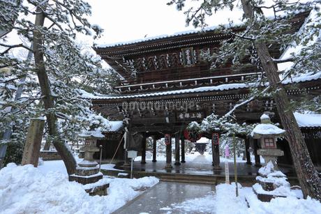 天橋立 雪景色の智恩寺 山門の写真素材 [FYI01793347]
