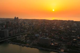 朱鷺メッセから望む新潟市街展望と日本海に沈む夕日の写真素材 [FYI01793355]