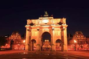 カルーゼル凱旋門とルーヴル美術館の夜景の写真素材 [FYI01793373]