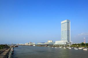 朱鷺メッセと信濃川の写真素材 [FYI01793389]