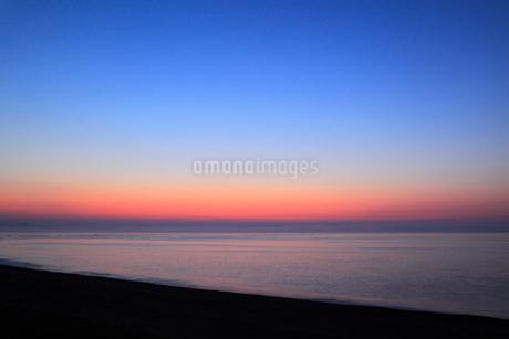 七里御浜と朝焼けの空の写真素材 [FYI01793449]