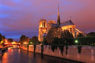 ノートルダム大聖堂とセーヌ川の夜景の写真素材 [FYI01793534]