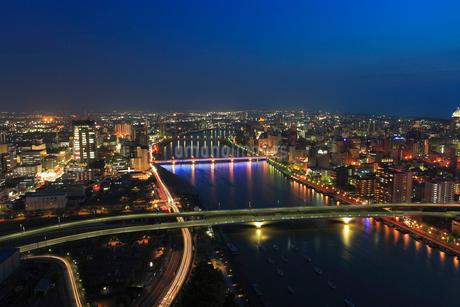 朱鷺メッセから望む信濃川と新潟市街のライトアップ夜景の写真素材 [FYI01793539]