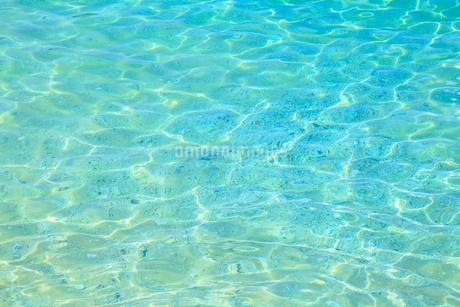 エメラルドグリーンの水面の写真素材 [FYI01793547]
