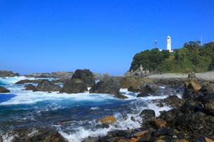 潮岬灯台と海岸の写真素材 [FYI01793607]
