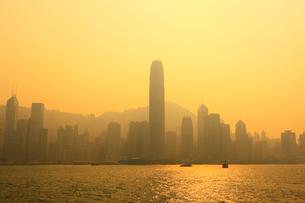九龍・尖沙咀,プロムナードから望む香港島の夕景の写真素材 [FYI01793648]