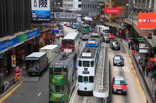 香港島・中環のビル群とトラムの写真素材 [FYI01793684]