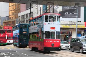香港島・中環のビル群とトラムの写真素材 [FYI01793690]