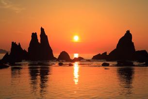 橋杭岩と朝日の写真素材 [FYI01793692]